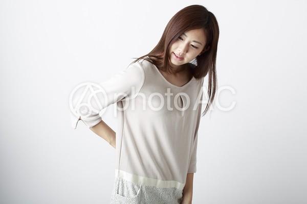 腰に手を当てる女性1の写真