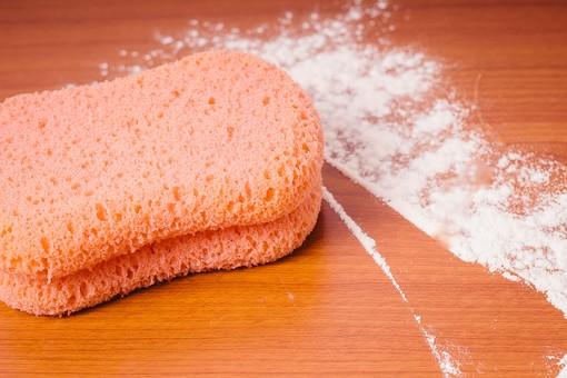 クリーナー 汚れ 木目 床 テーブル 机 屋内 スポンジ 赤 ピンク カイメン 海綿 掃除 洗剤 白 家庭 清潔 綺麗 きれい 家事 濯ぐ 衛生 労働 クローズアップ 擦る 拭き取り 粉 クレンザー