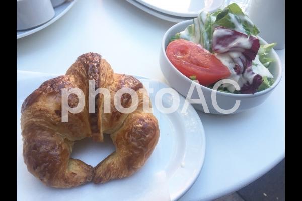 クロワッサンとサラダの写真