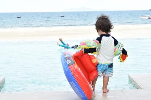 プール インフィニティ インフィニティプール 赤ちゃん あかちゃん 子供 こども 子ども 浮輪 うきわ 遊具 ラッシュガード 爽やか 初夏 夏空 なつ 夏 夏休み 水着 ビーチ リゾート ビーチリゾート 船 南国 晴
