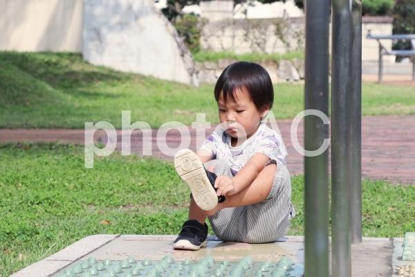 靴を履く子供の写真
