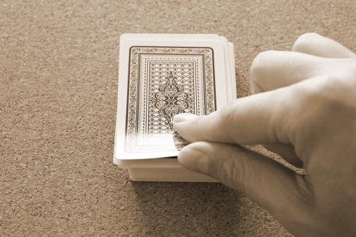 カード トランプ カードの山 めくる 捲る カードを引く 勝負 女神 悪魔 幸運 悪運 運命 ギャンブル カジノ ゲーム 賭け事 テーブルゲーム 人生 心理戦 意志 チャレンジ 挑戦 カードを取る 一枚ひく 次の一枚 素材 背景 ビジネス チャンス ピンチ