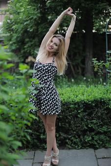 女性 外人女性  金髪 女の人 若い女性 金髪女性 顔 ウクライナ人 人物 外国人  顔 化粧 モデル ポーズ 屋外 自然 風景 樹木 ワンピース スカート ノースリーブ ミニスカート夏 公園 緑 植物 口紅 ストレッチ 体操  mdff015