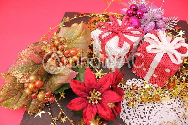 クリスマスプレゼントとポインセチア3の写真