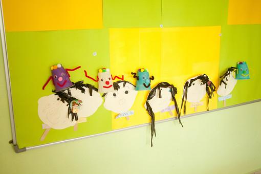 マレーシア 海外 外国 旅行 東南アジア アジア マレー半島 ボルネオ島 ASEAN クアラルンプール プトラジャヤ ジョホールバル 黄色 黄緑 子 子ども 子供 幼児 作品 工作 似顔絵 自画像 幼稚園 学校 保育園 児童館