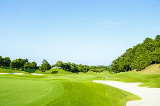 スポーツ レジャー 運動 屋外 外  野外 休日 趣味 ゴルフ ゴルフ場  ゴルフコース 接待 芝生 緑 グリーン 晴れ 晴天 青空 広い 広々 風景 空 樹木 林 山 丘 無人 フェアウェイ バンカー