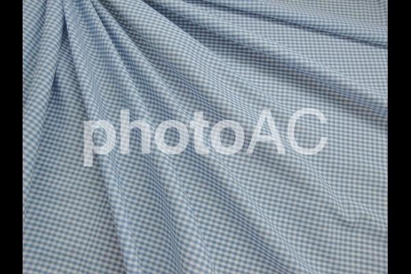 水色チェックの布のドレープの写真
