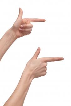 手 両手 右手 左手 手指 人差し指 親指 手の平 掌 手の甲 手首 ハンド 指す 示す 指し示す 触る 触れる 伸ばす 構える 手話 前方 右方 右向き 指示 指名 指図 ハンドポーズ ポーズ ハンドパーツ パーツ 白バック 白背景