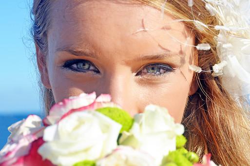 人物 外国人 新婦 花嫁 女性 女の人 成人 新婚 妻 ポーズ ウェディングドレス 幸せ 結婚式 花束 ブーケ 屋外 室外 自然 グラデーション 風景 景色 青空 空 青い 晴天 天気 晴れ 海 カメラ目線 視線 アップ 正面 mdff028