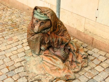 物乞い ものごい 貧困 貧乏 オオカミ 狼 ペット 犬連れ 靴 海外 外国 ヨーロッパ 北欧 スウェーデン ストックホルム