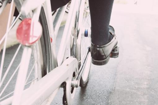 女性 女子 高校生 学生 通学 脚 ローファー 自転車 ソックス 制服 若者 前進 前 希望 夢 元気 エネルギー パワー