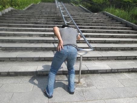 腰痛 男性 日本人 人物 ヘルニア 急病 捻挫 痛み 痛い 激痛 神経痛 更年期障害 ギックリ腰 ぎっくり腰 筋肉痛 ジーパン リハビリ 我慢 苦しい 苦痛 背筋痛