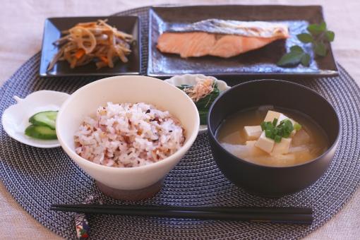 一汁三菜 和食の日 味噌汁 お味噌汁 おみそしる みそしる 米 五穀米 雑穀 雑穀米 鮭 魚 漬物 きんぴら レンコン 蓮根 ごぼう ゴボウ
