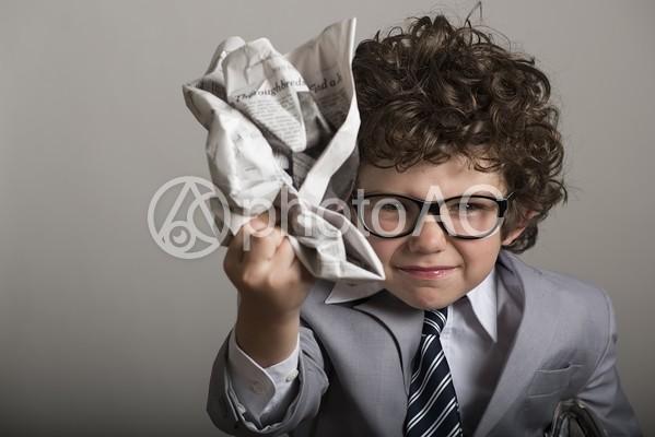 新聞をクシャクシャに丸める子供10の写真