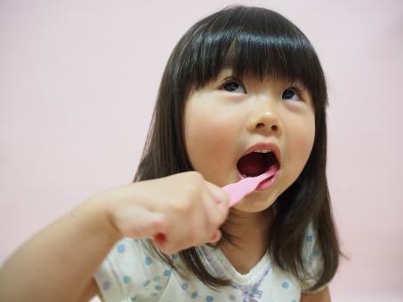 子供 3歳 歯みがき girl child kids brushing japanese 歯ブラシ toothbrush pajamas 背景無し 幼児 元気 陽気 明るい 少女 歯磨き 女の子 虫歯 子ども