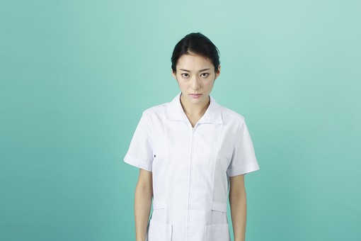 人物 女性 日本人 20代 30代   仕事 職業 医療 病院 看護師  ナース 医者 医師 女医 薬剤師  白衣 看護 屋内 スタジオ撮影 背景  グリーンバック おすすめ ポーズ 上半身 方面 見つめる 睨む 真剣 眼差し mdjf010