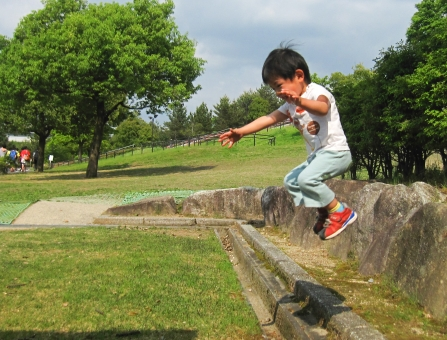 子供 ジャンプ 男の子 子ども 跳ぶ 遊ぶ 笑う 笑顔 喜ぶ こども キッズ 公園 夏 跳ねる 自然 木 芝 楽しい 屋外 幼児