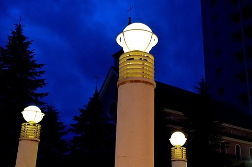庭 庭園 中庭 チャペル 教会 電気 照明 電灯 建物 建造物 建築 間接照明 外観 屋外 外 景色 風景 十字架 空 雲 植物 樹 木 夜 夜景