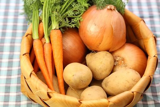 野菜 にんじん ニンジン 人参 キャロット 食材 新鮮 室内 甘い 素材 きれい 鮮やか 可愛い 無人 飲食 美味しい 新鮮な 鮮やかな 背景 食べ物 食べる 健康 フレッシュ 自然 ダイエット ベジタブル ベジタリアン ビーガン マクロビオティック 菜食 オレンジ カロチン Bカロチン カロテン 葉っぱ にんじんの葉 ジャガイモ じゃがいも 玉葱 たまねぎ ヘルシー 八百屋 かご ランチマット 料理 買い物 スーパー カレー カレーライス