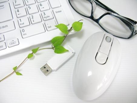 キーボード マウス USB 記憶媒体 データ入力 眼鏡 メガネ パソコン PC 緑 環境 エコ 仕事 ビジネス オフィス デスク 葉っぱ 残業