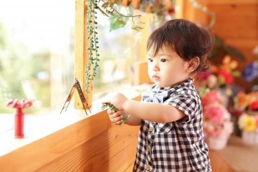 誕生日 お祝い 記念日 記念 記念写真 記念撮影 1歳 こども 子供 子ども あかちゃん 赤ちゃん ベビー baby 少年 男の子 楽しい エンジョイ おめでとう 宝物 ギンガムチェック 蝶ネクタイ たっち あんよ 立つ 眺め 眺める 外 窓 真剣