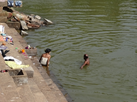 インド インド人 水浴び お風呂 沐浴