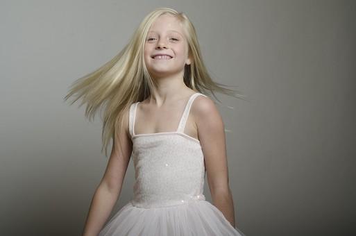 人物 外国人 外人 こども 子供  子ども 女の子 少女 キッズモデル ポートレート  かわいい キュート 無邪気 あどけない 長髪  ロングヘア 金髪 ブロンド ストレートヘア 屋内  スタジオ撮影 ファッション ドレス ワンピース 白 動き モーション アクティブ 髪の毛 なびく 笑顔 スマイル 上半身 ポーズ ポートレイト mdfk012