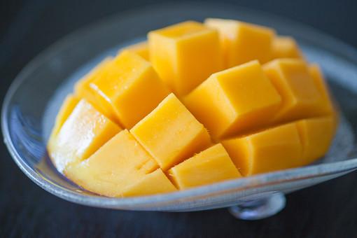 植物 食べ物 果物 フルーツ マンゴー 切る 四角 切れ目 デザート 食後 おやつ 朝食 昼食 夕食 器 ガラス 透明 涼しげ 冷たい 美味しい 甘い 食材 生物 食べやすい 無人 屋内 室内 アップ