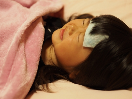 風邪 しんどい 冷えピタ 布団 パジャマ 幼児 子供 子ども 女児 日本人 インフルエンザ 熱 girl child kids japanese cold pajamas 寒い 冬 寝顔 かわいい うなされる 病気 少女 痛い 頭痛 腹痛 育児 熱さまシート 寝込む 女の子