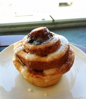 シナモンロール シナモン カフェ スタバ 美味しい 甘い パン ヨーロッパ かもめ食堂 スターバックス コーヒー カフェラテ ロール 香 やきたて 焼き立て うまい 綺麗 おしゃれ オシャレ お洒落 可愛い かわいい 人気