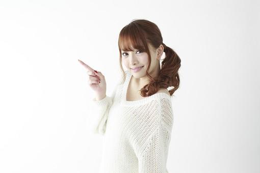 人物 女性 日本人 若い 20代 セーター ニット カジュアル モデル かわいい キュート ポーズ おすすめ 屋内 白バック 白背景 上半身 仕草 表情 笑顔 指差し 指さす 示す 注目 横向き ポイント mdjf005
