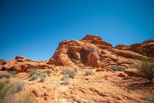 自然 植物 空 青空 晴天 晴れ 天気 青い グラデーション 山 山並み 山脈 荒地 崖 岩 茶色 岩肌 険しい 危険 木 樹木 葉 葉っぱ 緑 土 地面 広い 広大 雄大 屋外 室外 風景 景色 アメリカ 外国