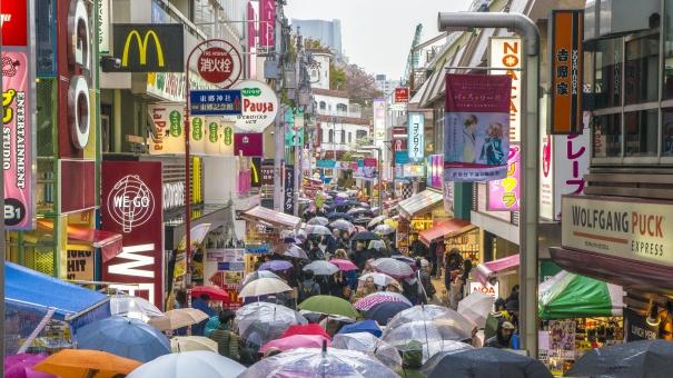 harajuku tokyo 原宿 竹下通り 人々 雨 傘 雨の日 重なる 都会 街 町並み ファッション 服 デザイン サイン 看板 ごった返す 混雑 色の氾濫 かわいい ハチャメチャ はちゃめちゃ カラフル 道路 ビビッド 個性 ハッキリ ごちゃごちゃ オシャレ