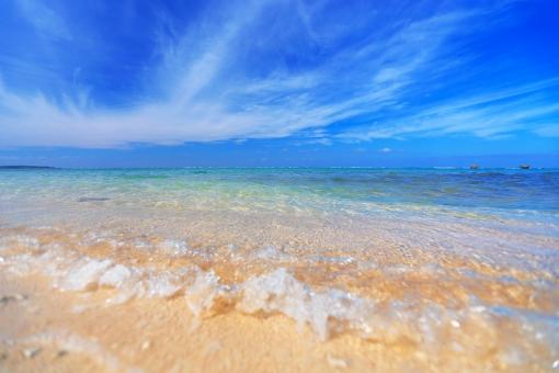 沖縄 おきなわ オキナワ ビーチ Beach 砂浜 砂 海 青空 青,青色,水色,ブルー 白,白色,ホワイト エメラルドグリーン 夏 真夏 サマー 海水浴 水面 水平線 グラデーション 自然素材 背景素材 リゾート 観光 浅瀬 波 波打ち際 波打際 癒し コピースペース ポストカード