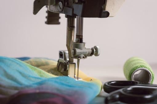 ソーイング 縫い物 裁縫 洋裁 手芸  手仕事 裁縫道具 裁縫用品 アップ 素材  趣味 ハンドメイド ホビー 生活 暮らし  小物 手縫い ファッション 縫う 針仕事 ミシン 部分 パーツ 針 機械 布