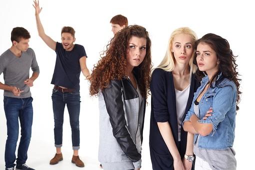 人物 外国人 モデル 男性 女性  男女 複数 グループ 仲間 友達  20代 若者たち 大学生 スタジオ撮影 白バック  白背景 ファッション カジュアル 6人 異性 ナンパ 相談 会話 ヒソヒソ ひそひそ おしゃべり 興味  mdff025 mdff026 mdff027 mdfm007 mdfm008 mdfm009
