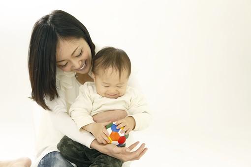 親子 母子 親 おや 母 母親 ママ マザー 子ども 子供 子 赤ちゃん 赤ん坊 乳児 幼児 ベイビー 抱っこ だっこ 抱く 絆 笑顔 笑う 女性 女 人物 触れ合い ふれあい 室内 部屋 座る 玩具 おもちゃ ボール 上半身 バストアップ 遊ぶ 日本人 mdfk008 mdjf016