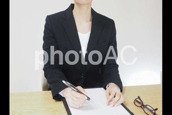 打ち合わせをする女性1の写真