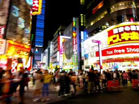 16 ショッピング 繁華街 通り 歩道 東京 夜 ネオン 人影 飲食店 ネオンサイン 夜景 歓楽街 ビル テナント 歌舞伎町 新宿
