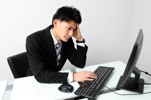 人物 生物 人間 男性 若い 青年 アジア アジア人 日本 日本人 オフィス  仕事 ビジネス ビジネスマン 職業 ワイシャツ フォーマル 会社 働く 座る デスク インターネット ネットサーフィン 検索 操作 IT テクノロジー 手 PC パソコン キーボード マウス mdjm002