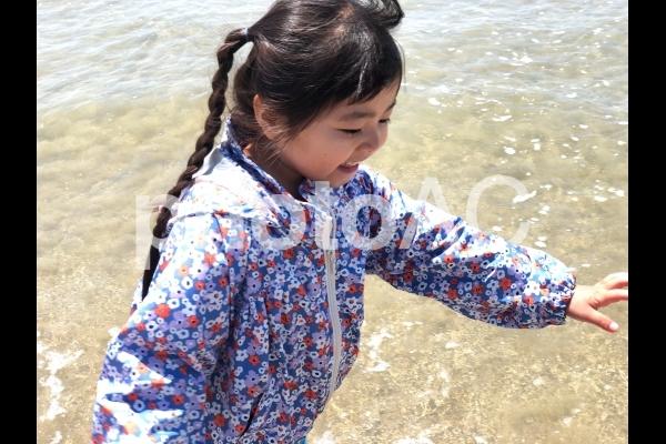 海で遊ぶ少女07の写真