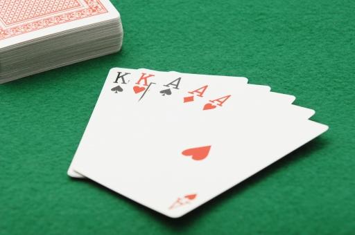 ポーカー トランプ カード カードゲーム フルハウス ギャンブル ルール 賭け 賭博 ゲーム レクリエーション 運 幸運 不運 勝ち 負け カジノ 金 お金 賭け事 娯楽