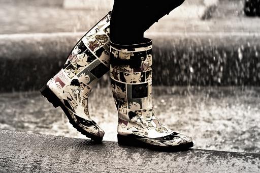 足 足元 靴 レインブーツ 女性 女 女子 レディース 女物 雨 濡れる 水浸し 水たまり 10代 20代 30代 待ち合わせ 待つ 待ちぼうけ 約束 屋外 室外 外 外出 お出かけ 噴水 公園 風景 物語