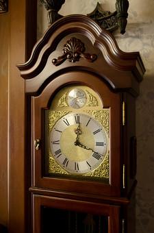 静物 物 時計 アンティーク 古時計 おしゃれ 古い 洋風 優雅 時間 針 装飾 数字 影 アップ 凝った 美しい コレクター 細かい 巧み 動く 刻む ローマ数字 大きい 美術品 芸術