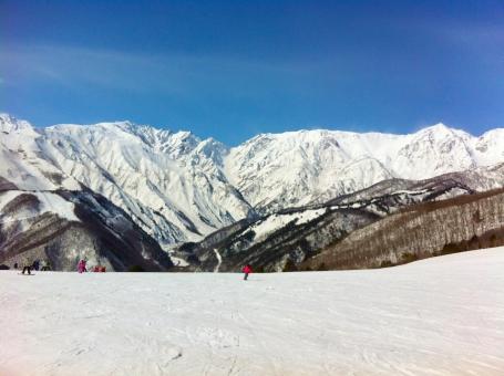 ゲレンデ スキー アルプス 12月 2月 1月 長野 ボード 信州 雪 冬 青 山 滑る レジャー 休日 デート カップル コピースペース 白 広い 大きい 寒い 晴れ 天気 雲 楽しい 若い 休み 白馬