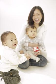 親子 母子 親 おや 母 母親 ママ マザー 子ども 子供 子 赤ちゃん 赤ん坊 乳児 幼児 ベイビー 抱っこ だっこ 抱く 絆 笑顔 笑う 女性 女 人物 触れ合い ふれあい 全身 室内 部屋 座る 姉妹 兄弟 箱 おもちゃ 玩具 日本人 mdfk006 mdfk008 mdjf016
