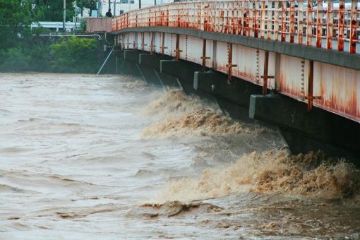 濁流 水 水害 豪雨 雨 大雨 川 河川 天候 天気 悪天候 洪水 激流 災害 土砂 濁った 急流 氾濫 勢い 台風 鉄砲水 集中豪雨 危険 溢れる 橋 橋梁 道路