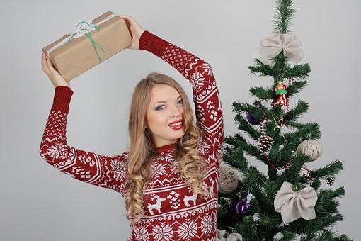 白バック 白背景 グレーバック 外国人 白人 金髪 ブロンド 20代 30代 女性 セーター ニット ノルディック柄 スカート クリスマス Christmas X'mas クリスマスツリー ツリー モミ もみの木 樅の木 モミの木 飾り オーナメント ボール リボン ブーツ 松ぼっくり 立つ プレゼント 箱 ボックス 贈り物 BOX 持つ 持ち上げる カメラ目線 笑顔 笑う スマイル 微笑む mdff129