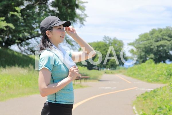 熱中症・日焼け対策にキャップを被るランナーの女性の写真