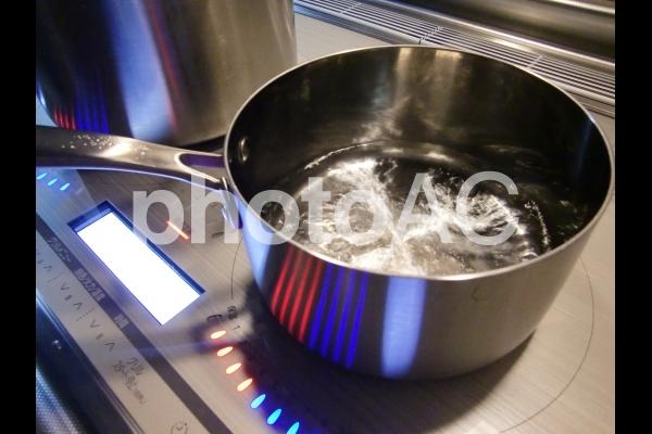 IHクッキングヒーター お湯が沸騰する様子の写真